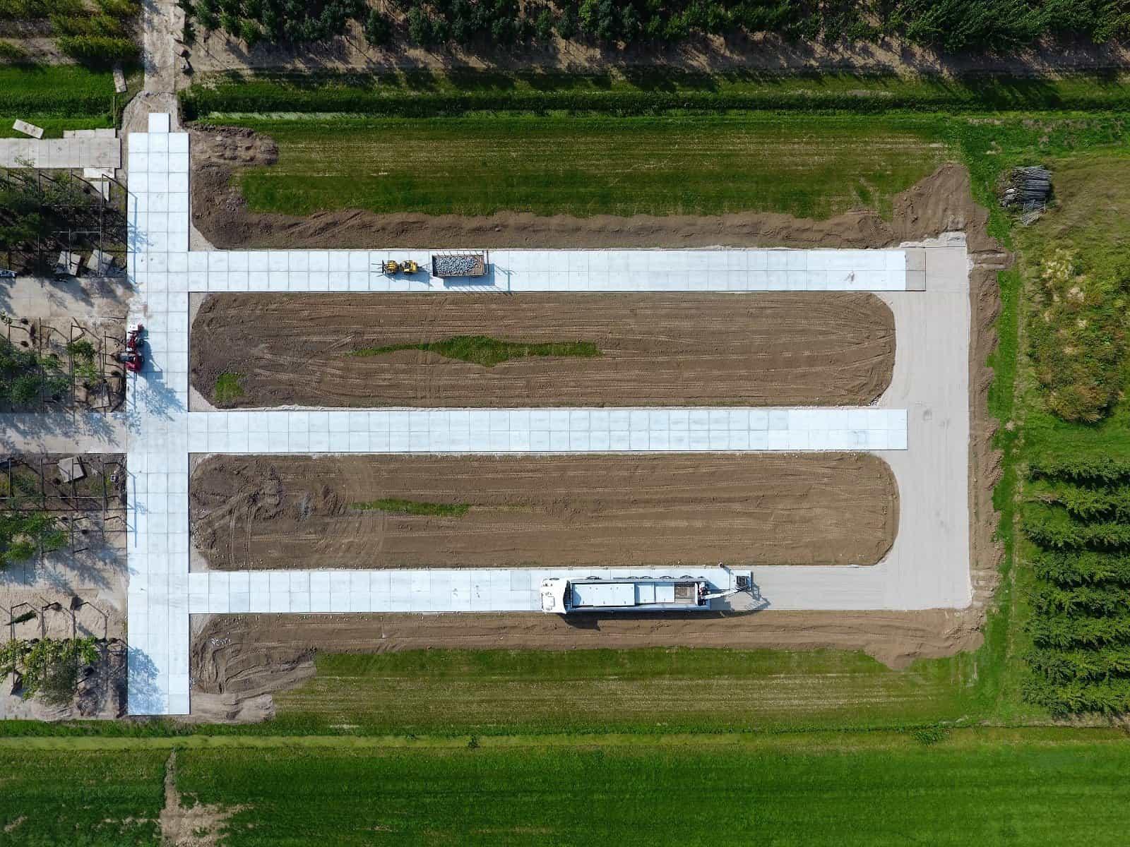 Evenredige betonpaden met 200x200cm betonplaten