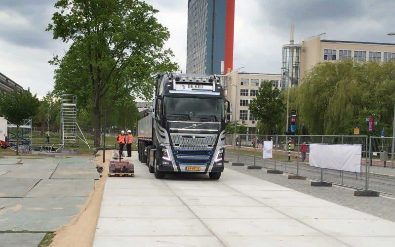 Tijdelijke terreinverharding voor krattenbrug bij TU Delft