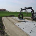 Betonplaten transportieren und verlegen | De Keij