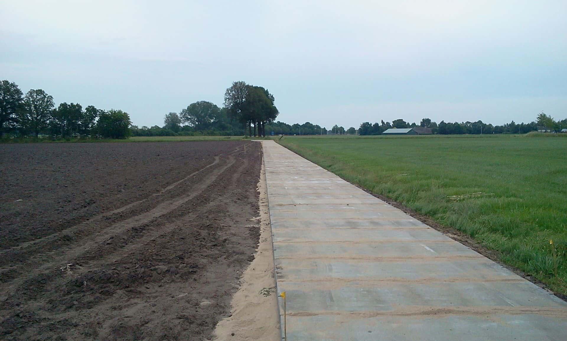 Kavelpad met betonplaten 300x120x.12 en afwerking met zand