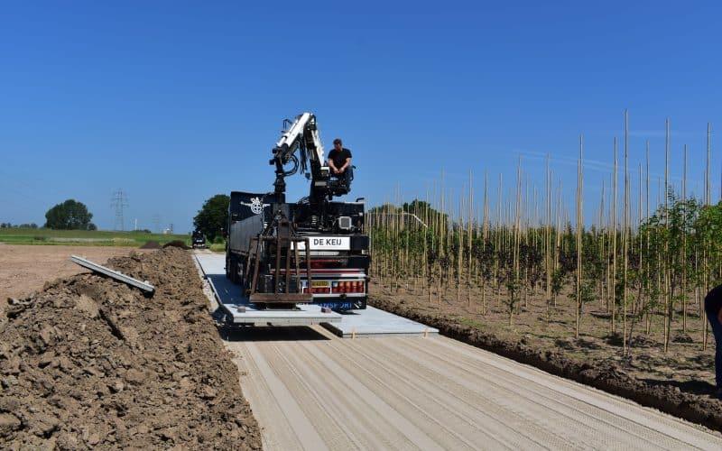 Betonplaten 200x200cm leggen met vrachtwagen en vacuüm hijssysteem