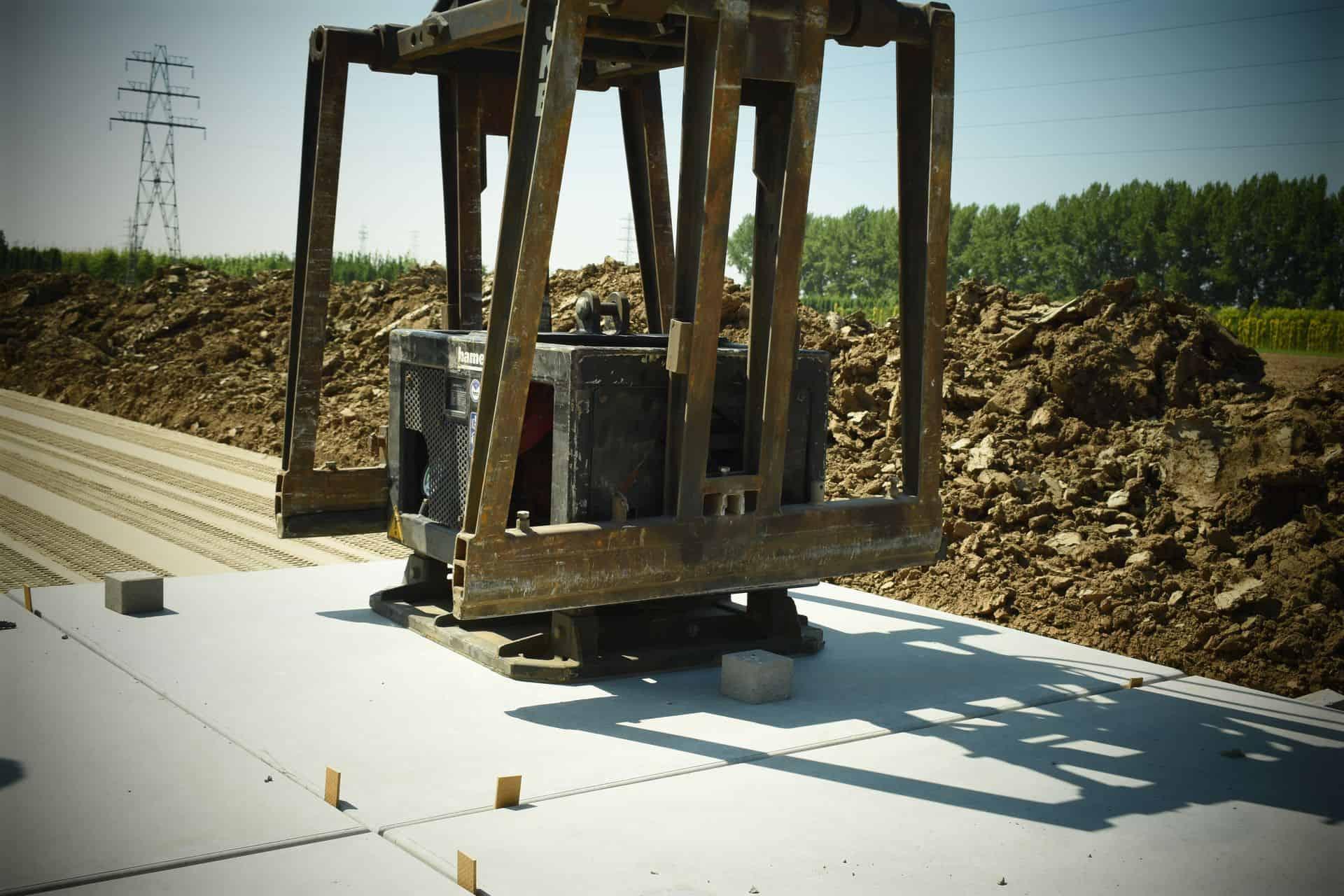 Betonplaten leggen met vacuüm hijssysteem en plaatsen van afstandhouders