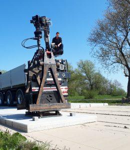 Betonplaten leggen met vrachtwagen