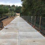 Sandauftrag auf die Zufahrtsweg mit Betonplatten