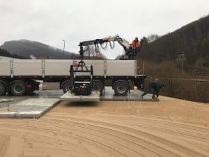Stelconplaten leggen op geëgaliseerde zandbaan