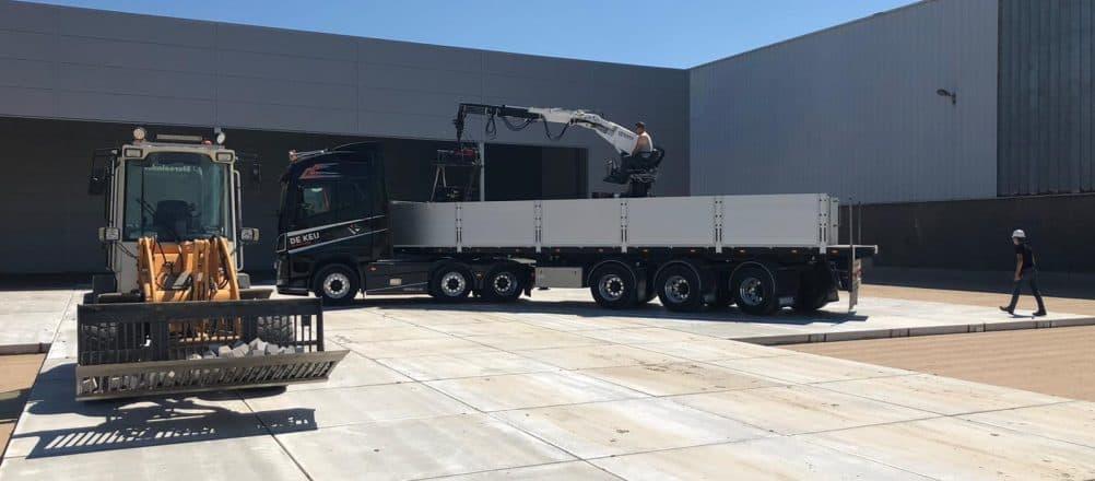 Betonplatten verlegen mit LKW | De Keij