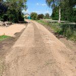 Betonplaten plaatsen | Instrooien van zand | De Keij