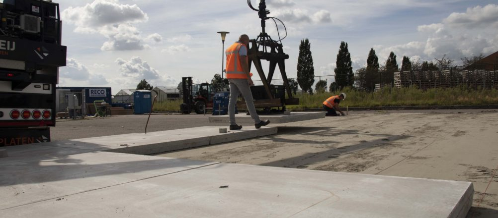 Betonplaten 200x200 cm leggen | Krattenburg 2020 | De Keij