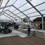 Betonplaten leggen met shovel | Betonverharding Tuincentrum | De Keij