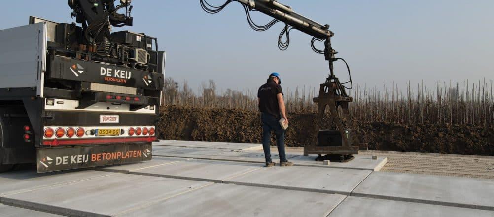 Betonplaten 200x200 cm leggen bij containerveld | De Keij