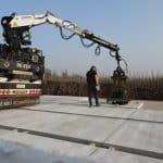 Betonplatten transportieren und verlegen mit LKW | De Keij
