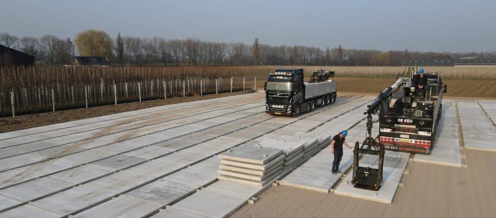 Betonplaten plaatsen | Containerveld | Pottenveld | De Keij Betonplaten